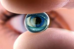 модель глаза в руках