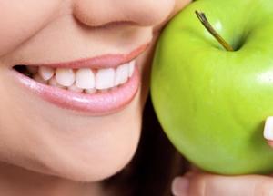 улыбка и яблоко
