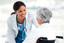 пожилая пациентка и врач
