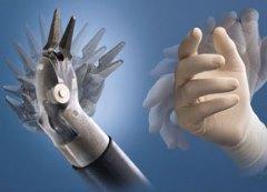 рука хирурга и манипулятор робота да винчи